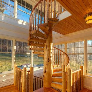 Diseño de escalera de caracol, rural, pequeña, sin contrahuella, con escalones de madera