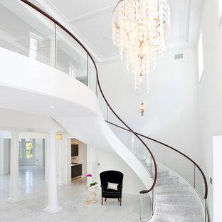 Inspiration för en mycket stor funkis flytande trappa i marmor, med sättsteg i marmor och räcke i glas