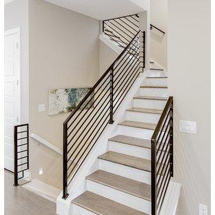 Modelo de escalera recta, contemporánea, de tamaño medio, con escalones de madera, contrahuellas de madera pintada y barandilla de metal