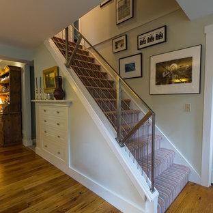 Ejemplo de escalera recta, ecléctica, con escalones enmoquetados