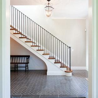 Imagen de escalera recta, tradicional, de tamaño medio, con escalones de madera, contrahuellas de madera pintada y barandilla de metal