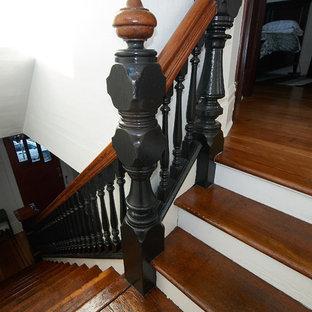 バンクーバーの中くらいの木のモダンスタイルのおしゃれな直階段 (フローリングの蹴込み板) の写真