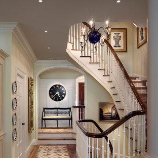 Diseño de escalera clásica, de tamaño medio, con escalones enmoquetados y contrahuellas de madera