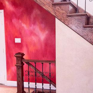 "Ispirazione per una scala a ""U"" boho chic di medie dimensioni con pedata in legno e alzata in legno"