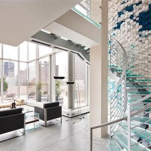 Imagen de escalera curva, minimalista, de tamaño medio, sin contrahuella, con escalones de vidrio y barandilla de metal