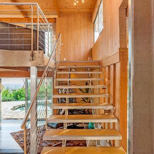 На фото: лестница в стиле ретро с