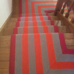 Diseño de escalera en U, clásica, de tamaño medio, con escalones enmoquetados y contrahuellas enmoquetadas