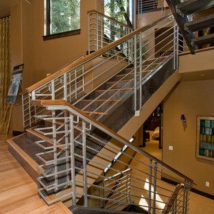 Ejemplo de escalera minimalista, extra grande, con escalones de madera y contrahuellas con baldosas y/o azulejos