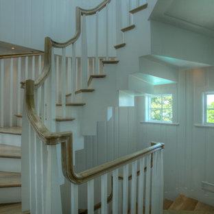 Ispirazione per un'ampia scala a chiocciola stile marinaro con pedata in legno e alzata in legno