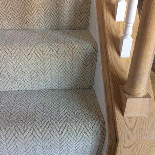 Klassische Treppe mit Teppich-Treppenstufen, Teppich-Setzstufen und Holzgeländer in Kolumbus