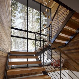 Esempio di una scala stile rurale con pedata in legno e nessuna alzata