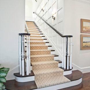 Ispirazione per un'ampia scala a rampa dritta tradizionale con pedata in legno e alzata in legno