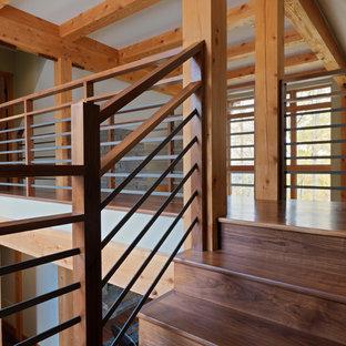 Ejemplo de escalera en U, rural, grande, con escalones de madera, contrahuellas de madera y barandilla de varios materiales