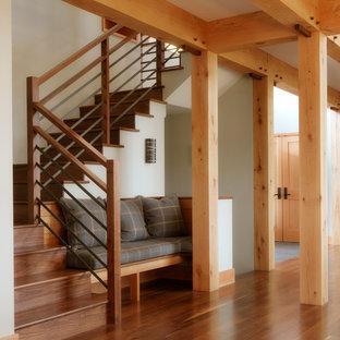 Ejemplo de escalera en U, rústica, grande, con escalones de madera, contrahuellas de madera y barandilla de varios materiales