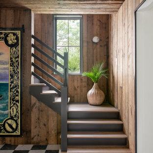 Ejemplo de escalera en L y madera, costera, con escalones de madera, contrahuellas de madera pintada y madera