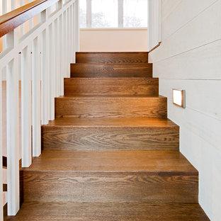 Modelo de escalera rústica con escalones de madera y contrahuellas de madera