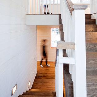 Foto de escalera rural con escalones de madera, contrahuellas de madera y barandilla de madera