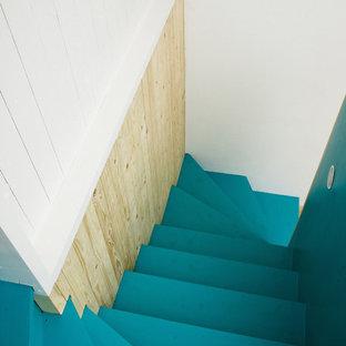 コペンハーゲンのフローリングの北欧スタイルのおしゃれな階段 (フローリングの蹴込み板) の写真