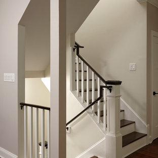 Foto de escalera en U, de estilo americano, grande, con escalones de madera, contrahuellas de madera pintada y barandilla de madera