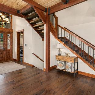 """Ispirazione per una scala a """"L"""" stile rurale con pedata in legno, alzata in legno e parapetto in legno"""