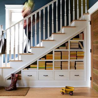 Inspiration för mellanstora klassiska l-trappor i trä, med räcke i trä