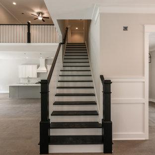 Idee per una scala a rampa dritta country di medie dimensioni con pedata in legno verniciato, alzata in legno verniciato e parapetto in legno