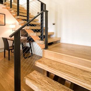 デンバーの中くらいの木のモダンスタイルのおしゃれなかね折れ階段の写真