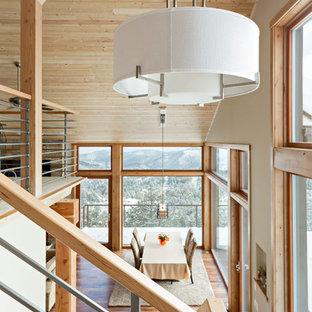 Modelo de escalera en U, rural, pequeña, sin contrahuella, con escalones de madera y barandilla de varios materiales