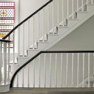 サリーのカーペット敷きのトラディショナルスタイルのおしゃれな折り返し階段 (カーペット張りの蹴込み板) の写真