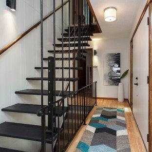 Diseño de escalera suspendida, retro, sin contrahuella, con escalones de metal