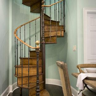 他の地域のヴィクトリアン調のおしゃれならせん階段の写真