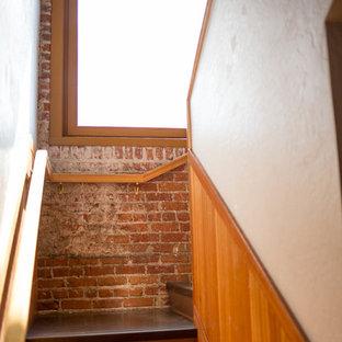Ejemplo de escalera en U, urbana, de tamaño medio, con escalones de acrílico y contrahuellas de madera pintada