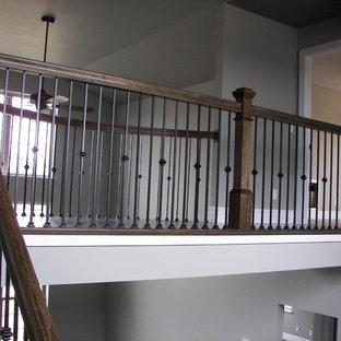 セントルイスの中くらいの木のコンテンポラリースタイルのおしゃれな折り返し階段 (フローリングの蹴込み板) の写真
