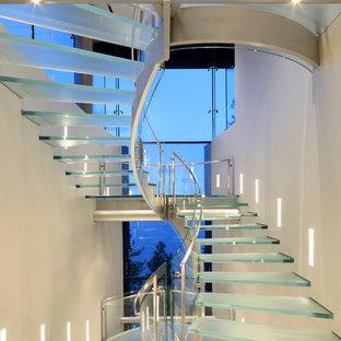 Modern inredning av en trappa i glas, med öppna sättsteg