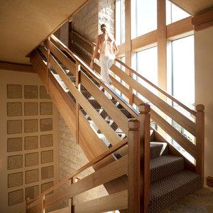Modelo de escalera tradicional renovada con escalones enmoquetados y contrahuellas enmoquetadas