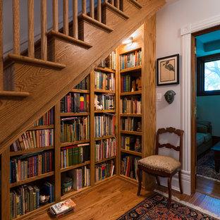 Imagen de escalera clásica con escalones de madera y contrahuellas de madera