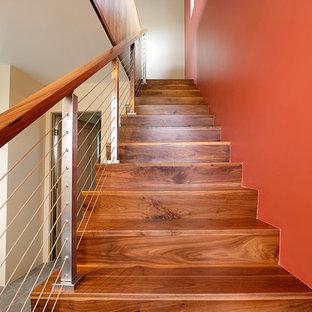 アルバカーキの広い木のモダンスタイルのおしゃれな折り返し階段 (木の蹴込み板、混合材の手すり) の写真