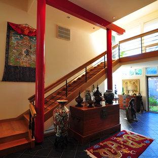 Modelo de escalera recta, ecléctica, grande, con escalones de madera, contrahuellas de madera y barandilla de varios materiales