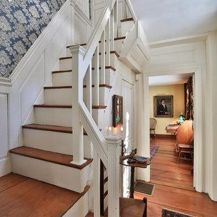 Ejemplo de escalera en L, de estilo de casa de campo, con escalones de madera y contrahuellas de madera
