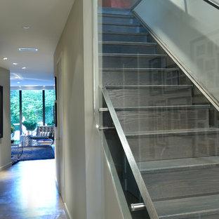 トロントの木のコンテンポラリースタイルのおしゃれな階段 (木の蹴込み板) の写真