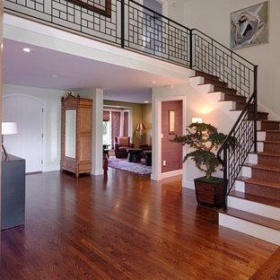 Идея дизайна: п-образная лестница среднего размера в восточном стиле с крашенными деревянными ступенями, крашенными деревянными подступенками и металлическими перилами