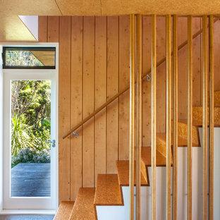 オークランドの中くらいの北欧スタイルのおしゃれな直階段の写真