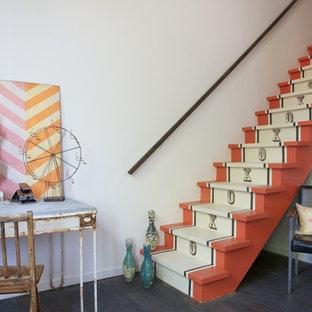 サンフランシスコのフローリングのエクレクティックスタイルのおしゃれな直階段 (フローリングの蹴込み板) の写真