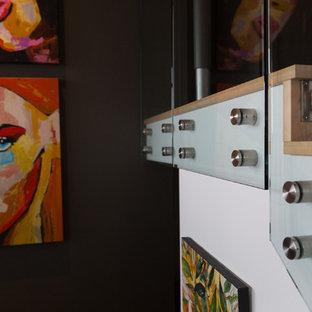 バンクーバーの大きい木のコンテンポラリースタイルのおしゃれな折り返し階段 (木の蹴込み板) の写真