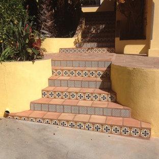 Medelhavsstil inredning av en trappa i terrakotta, med sättsteg i kakel