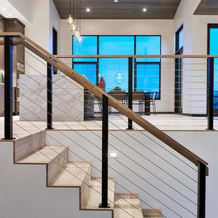 デンバーの大きい木のコンテンポラリースタイルのおしゃれな折り返し階段 (木の蹴込み板、ワイヤーの手すり) の写真