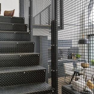 オークランドの金属製のインダストリアルスタイルのおしゃれな直階段 (金属の蹴込み板、金属の手すり) の写真