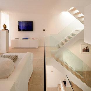 ロンドンの中サイズの木の北欧スタイルのおしゃれな折り返し階段 (ガラスの蹴込み板) の写真