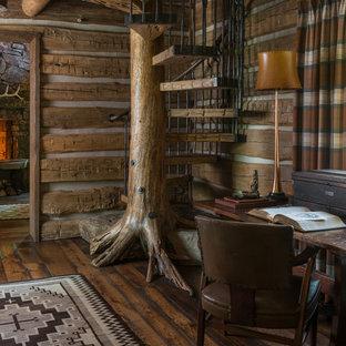 Immagine di una scala a chiocciola stile rurale con pedata in legno, parapetto in metallo e nessuna alzata