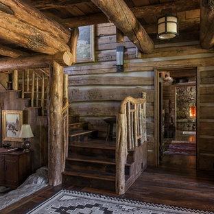 Imagen de escalera en L, rústica, con barandilla de madera